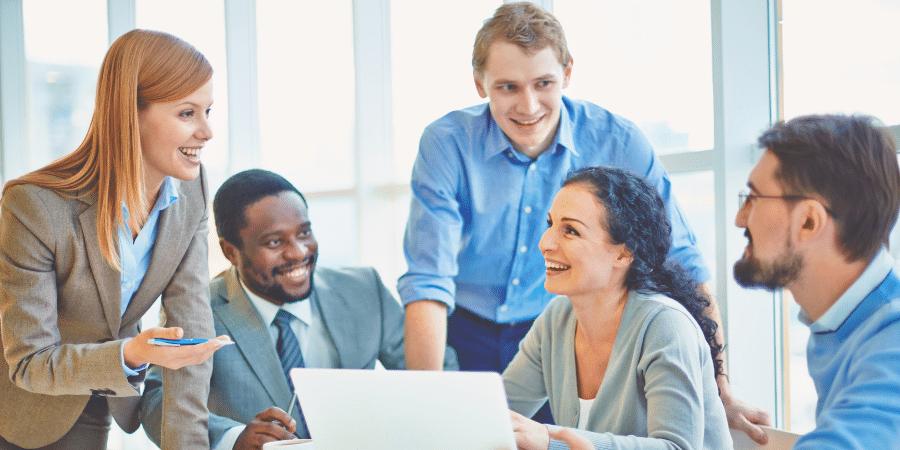 socios-reunidos-para-analisar-como-dividir-cotas-de-empresa