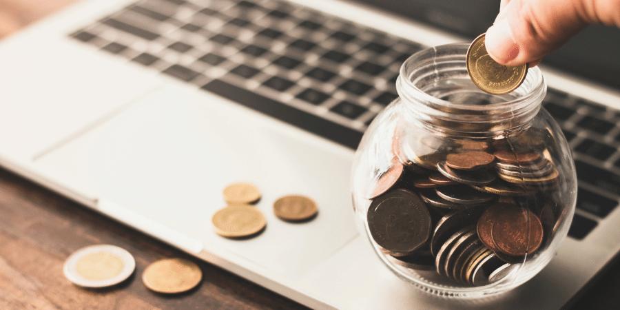 pessoa-colocando-moedas-em-um-pote-para-ilustrar-artigo-sobre-captacao-de-investimentos